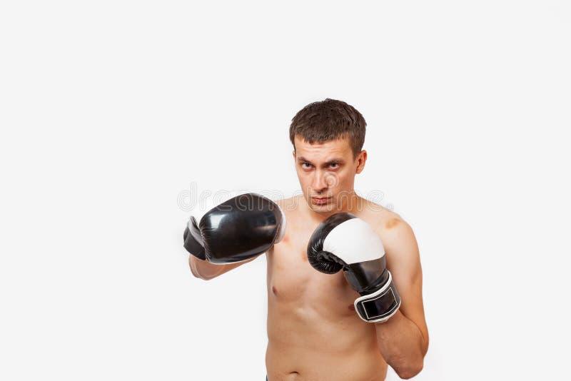 拳击手套的一个人以在身体和面孔刺的挫伤在战斗期间和装箱在白色被隔绝的背景 免版税库存照片
