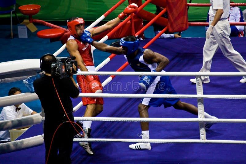 拳击手登陆奥林匹克打孔机 免版税图库摄影