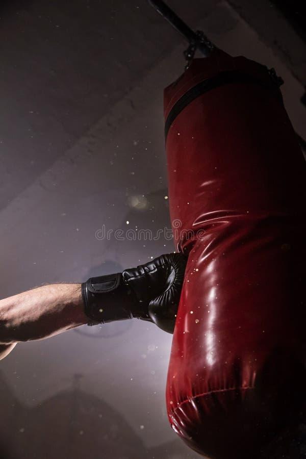拳击手的手在冲击的时刻对吊袋 库存图片