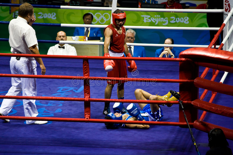 拳击手跌倒奥林匹克打孔机 图库摄影