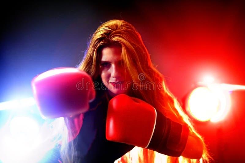 拳击妇女在健身房的健身锻炼 在圆环的体育锻炼 免版税库存照片