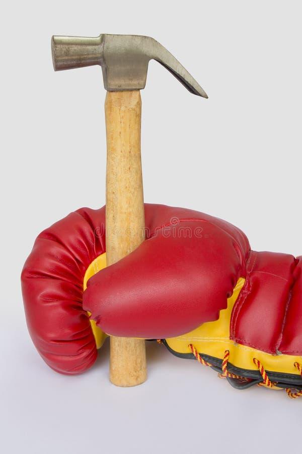 拳击手套举行锤子 免版税库存图片
