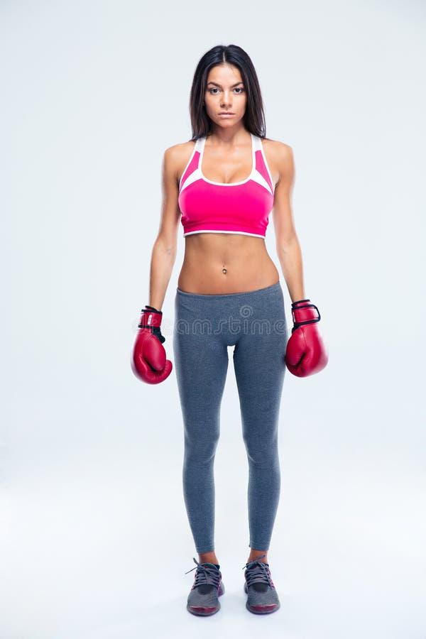 拳击手套的严肃的健身妇女 免版税库存图片