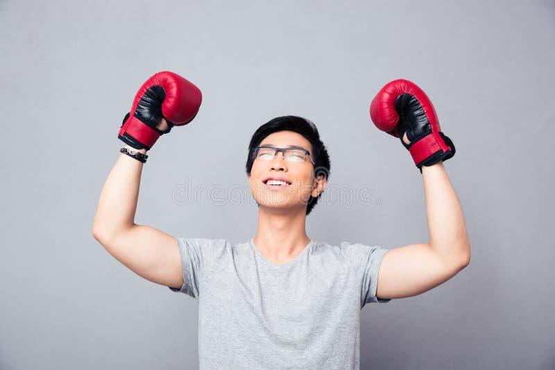 拳击手套的亚裔人高兴胜利 库存图片