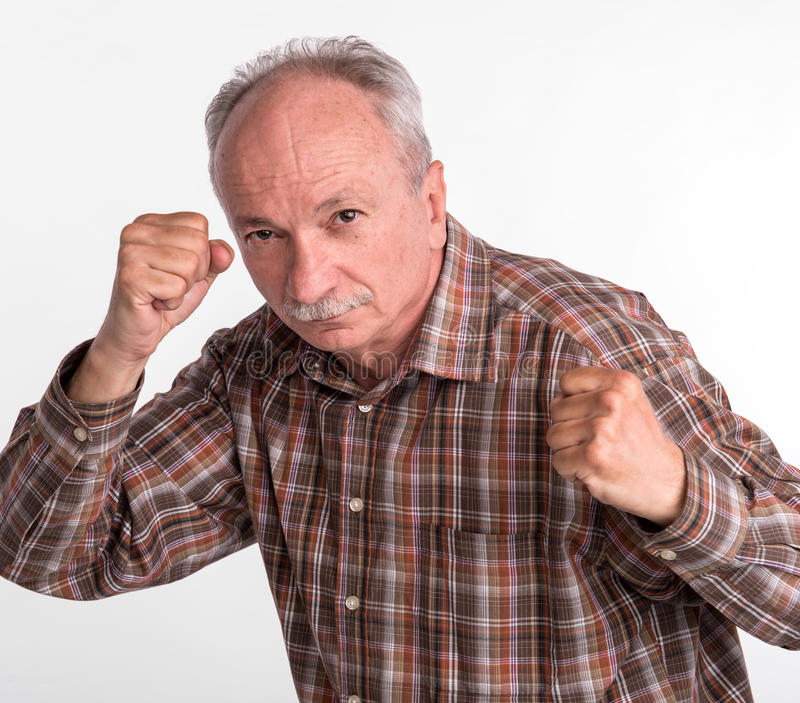 拳击手姿势的成熟人与被举的拳头 库存图片