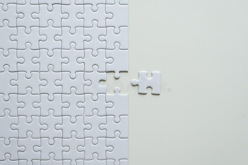 拼图白色,难题片断栅格,马赛克解答模板,顶视图的图片,复制文本的空间 图库摄影
