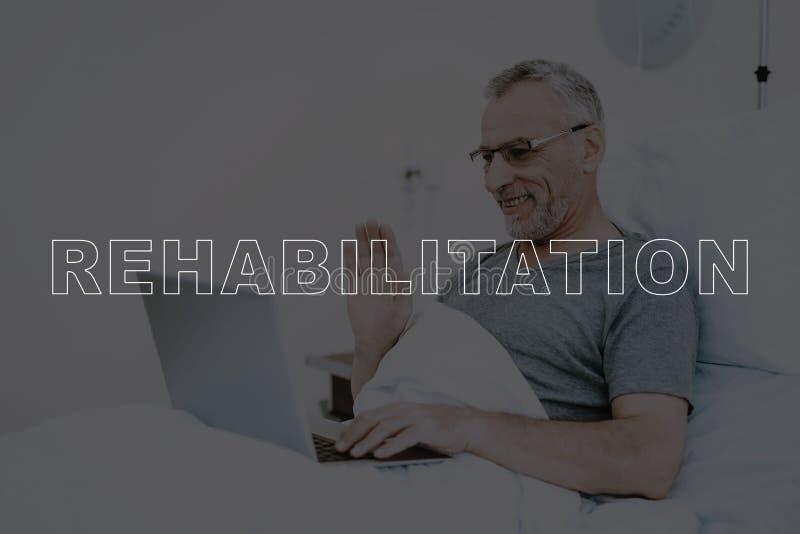 拼贴画修复患者在床使用膝上型计算机 免版税库存照片