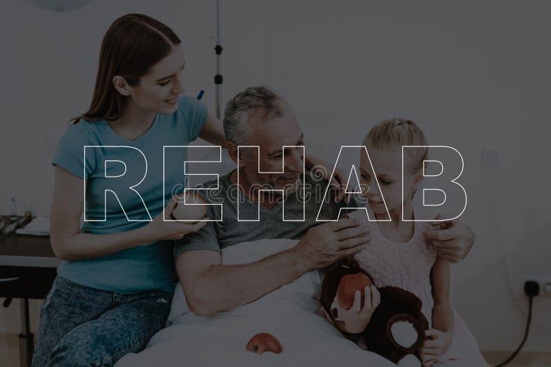 拼贴画微笑的家庭参观亲戚在医院 免版税库存图片