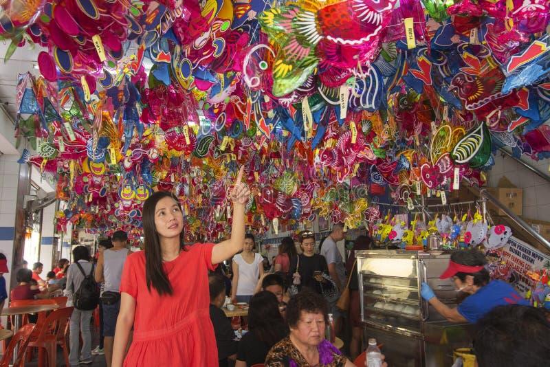 拾起灯笼的亚裔妇女在一家粤式点心餐馆在中间秋天节日期间,中国种族celebr的传统文化 免版税库存图片
