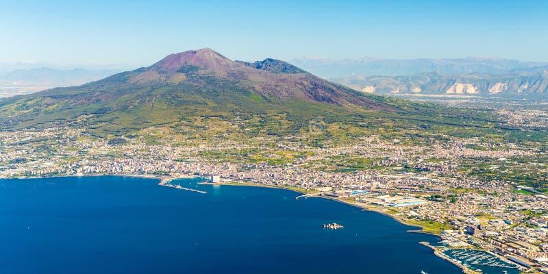 拿坡里和维苏威火山在背景中在日出在一个夏日,意大利 免版税库存照片