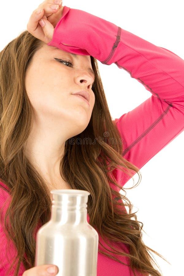 拿着一个不锈钢水瓶的被注重的女性模型 库存照片
