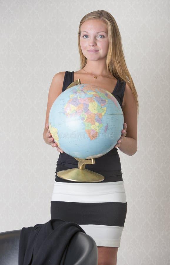 拿着一个地球地球的少妇 库存照片