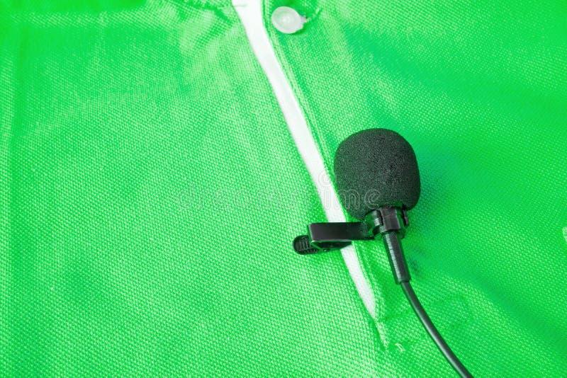 拿着一个无线lavalier话筒特写镜头  免版税库存照片