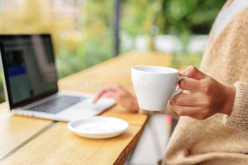 拿着一个杯子用茶的女孩 免版税图库摄影