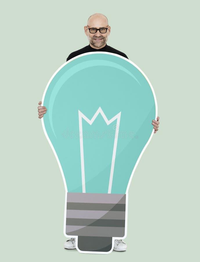 拿着一个电灯泡象的愉快的人 向量例证