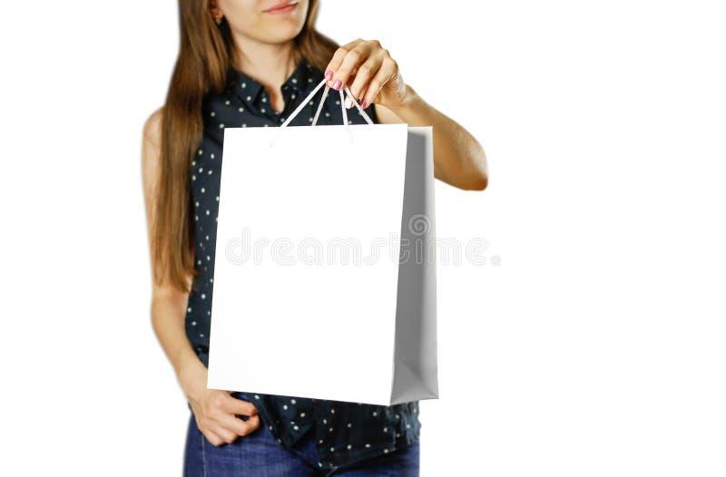 拿着一个白色礼物袋子的女孩 库存图片