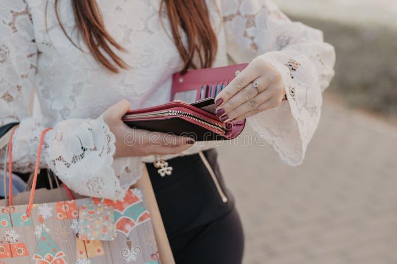 拿着一个皮革钱包的妇女 库存照片