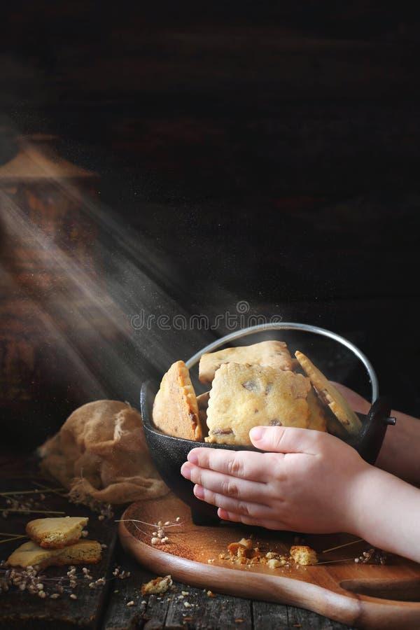 拿着一个碗用曲奇饼的孩子 免版税库存图片