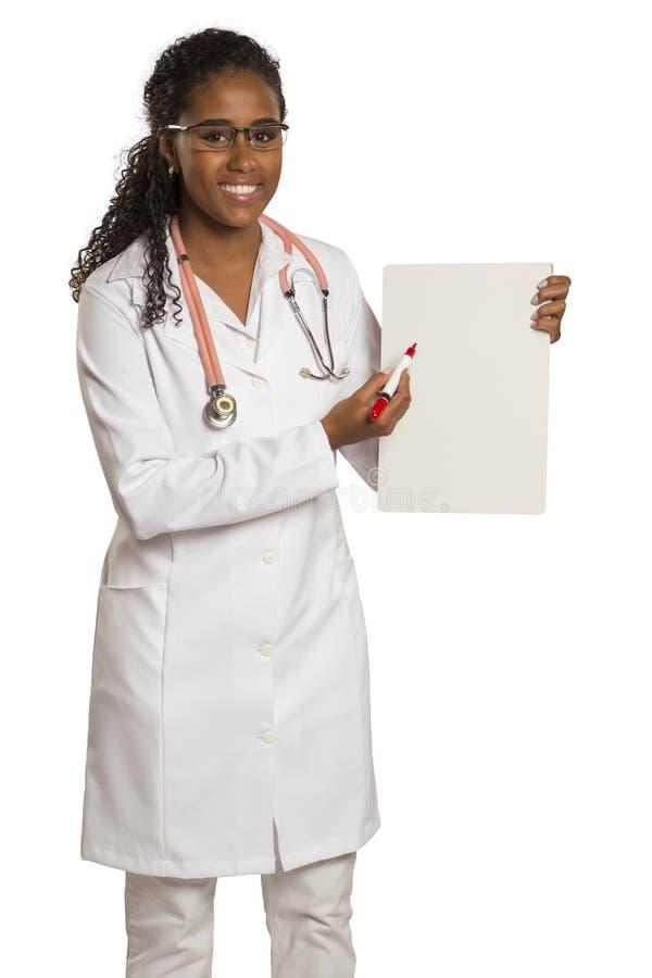 拿着一个空插件的非洲妇女医生 免版税库存照片