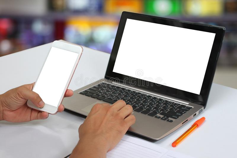 拿着一个空的智能手机的商人的手和有blan 免版税库存图片
