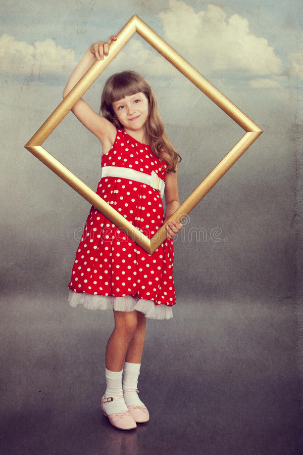 拿着一个空的框架的美丽的女孩 库存图片
