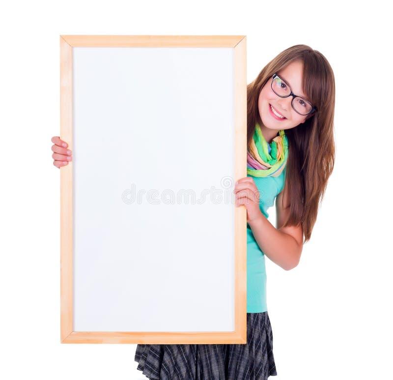 拿着一个空的白广告委员会的女孩 免版税库存照片