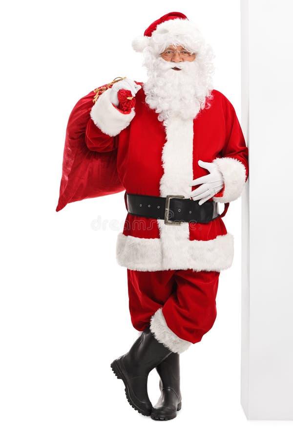 拿着一个红色袋子的圣诞老人 图库摄影