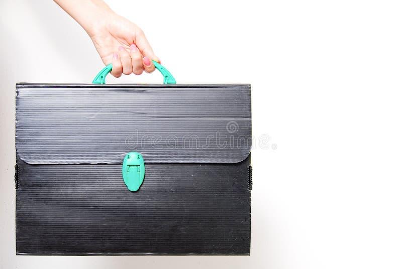 拿着一个老和被破坏的技术黑公文包的手 免版税库存图片