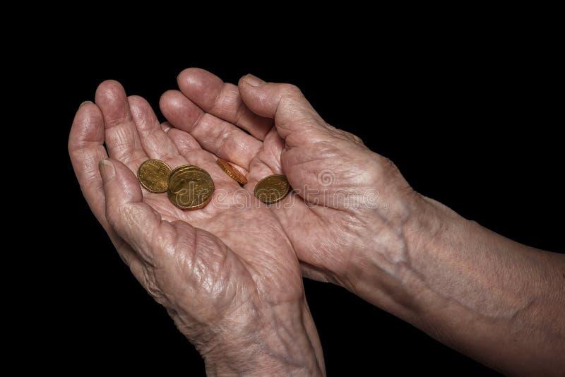 拿着一些欧元硬币的资深妇女手 退休金,贫穷,如此 图库摄影