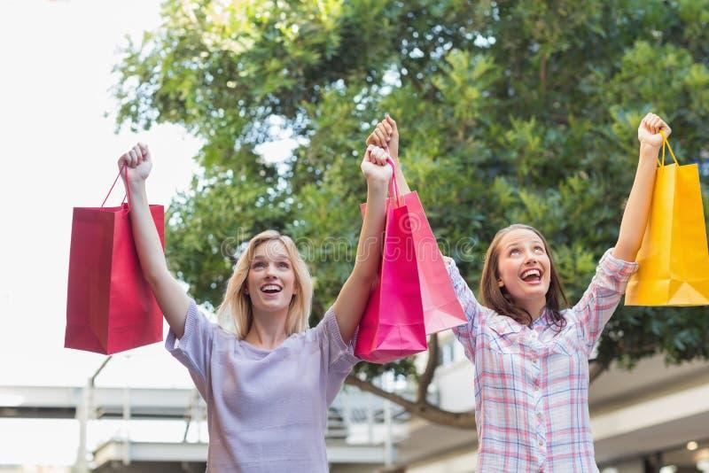 拿着一些购物袋的激动的妇女 图库摄影