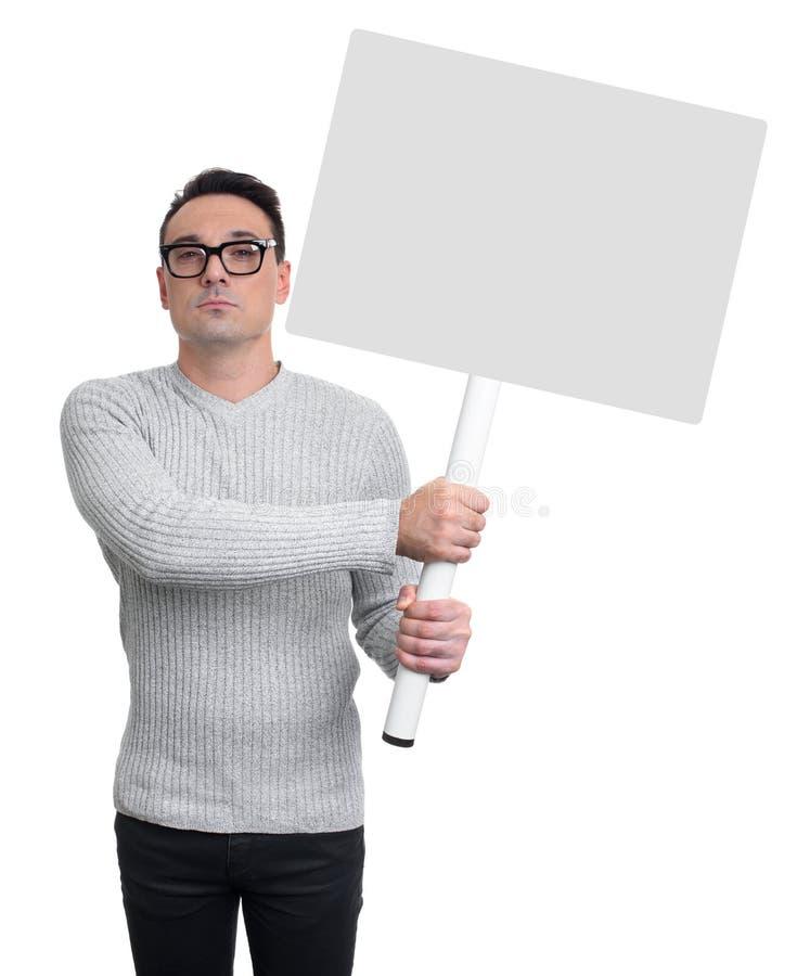 拿着一副白色横幅的英俊的人 查出 免版税图库摄影