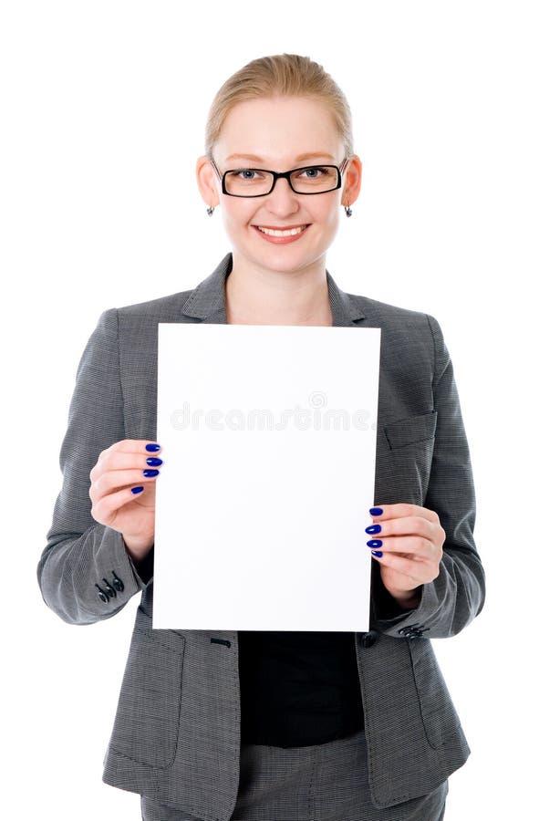 拿着白色空白的快乐的年轻女商人画象  免版税库存图片