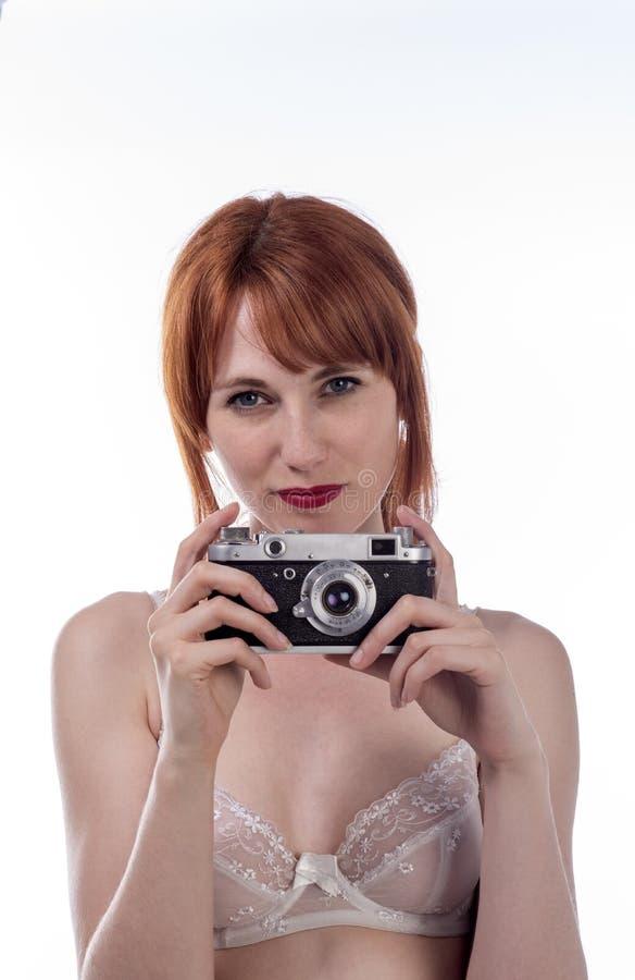 拿着一台老照相机的少妇 库存照片