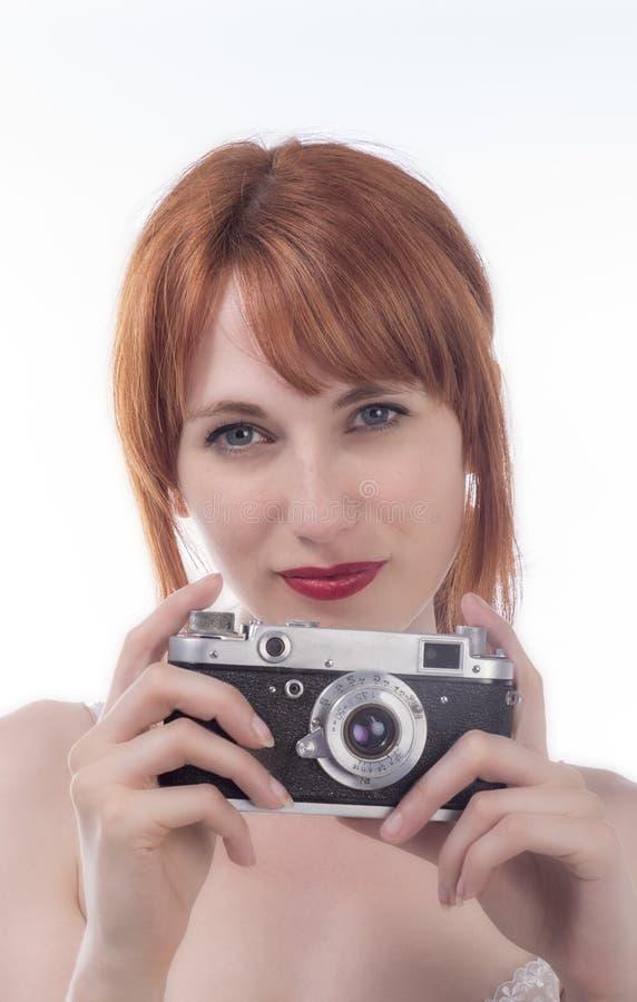 拿着一台老照相机的少妇 免版税库存照片