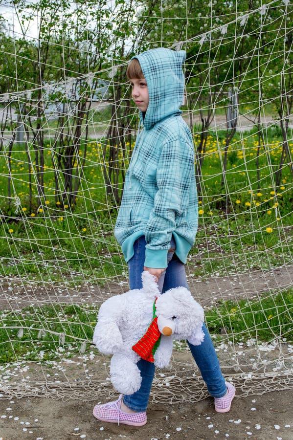 拿着一头北极熊的女孩 免版税库存图片