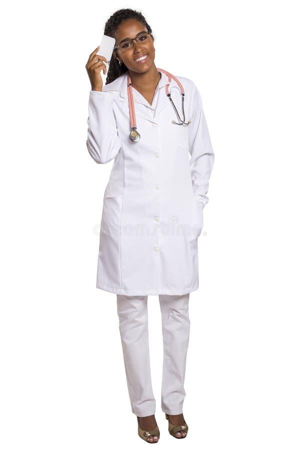 拿着一张空白的企业或参观卡片的非洲妇女医生 免版税图库摄影