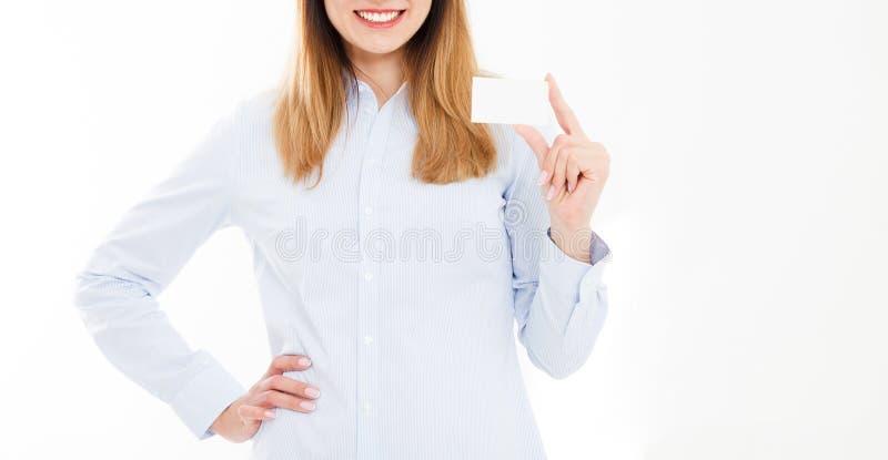 拿着一张空白的名片的年轻微笑的妇女被隔绝在wh 免版税库存照片
