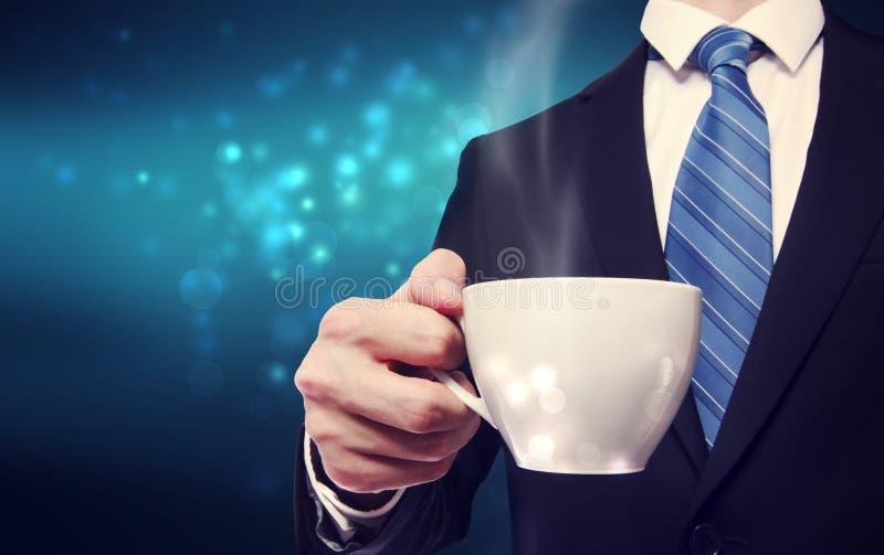 拿着一杯咖啡的商人 免版税库存照片