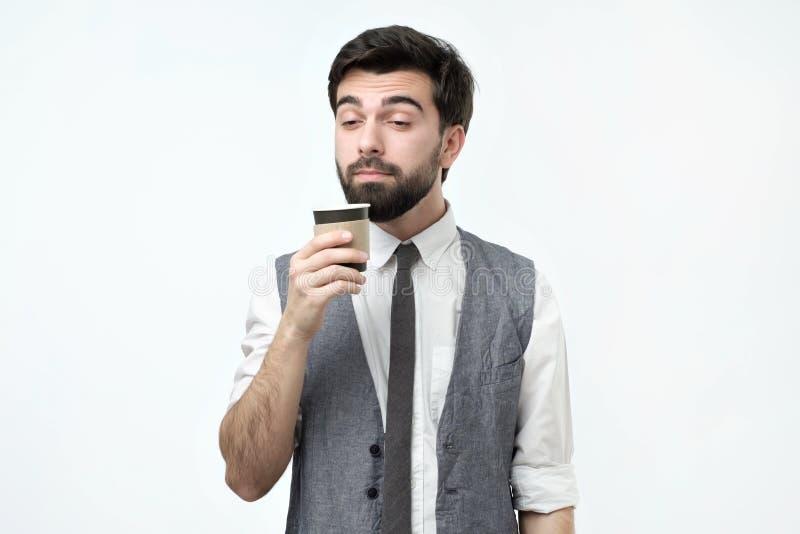 拿着一杯咖啡的困人 免版税图库摄影