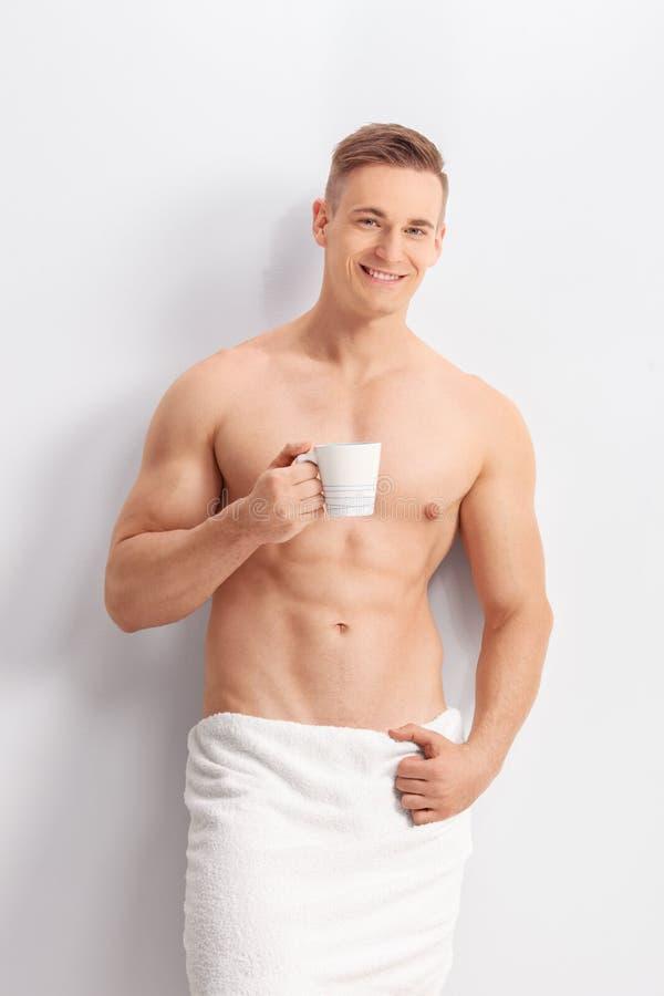 拿着一杯咖啡的英俊的人 图库摄影