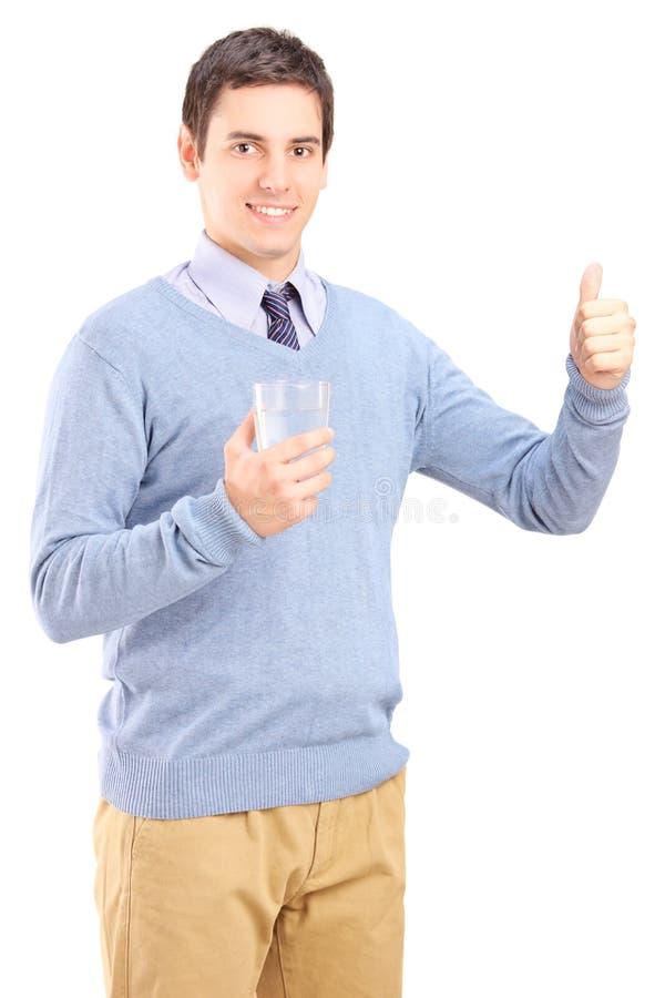 拿着一杯水的偶然人 免版税库存照片