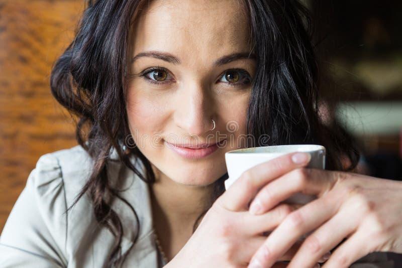 拿着一杯茶的妇女 库存照片