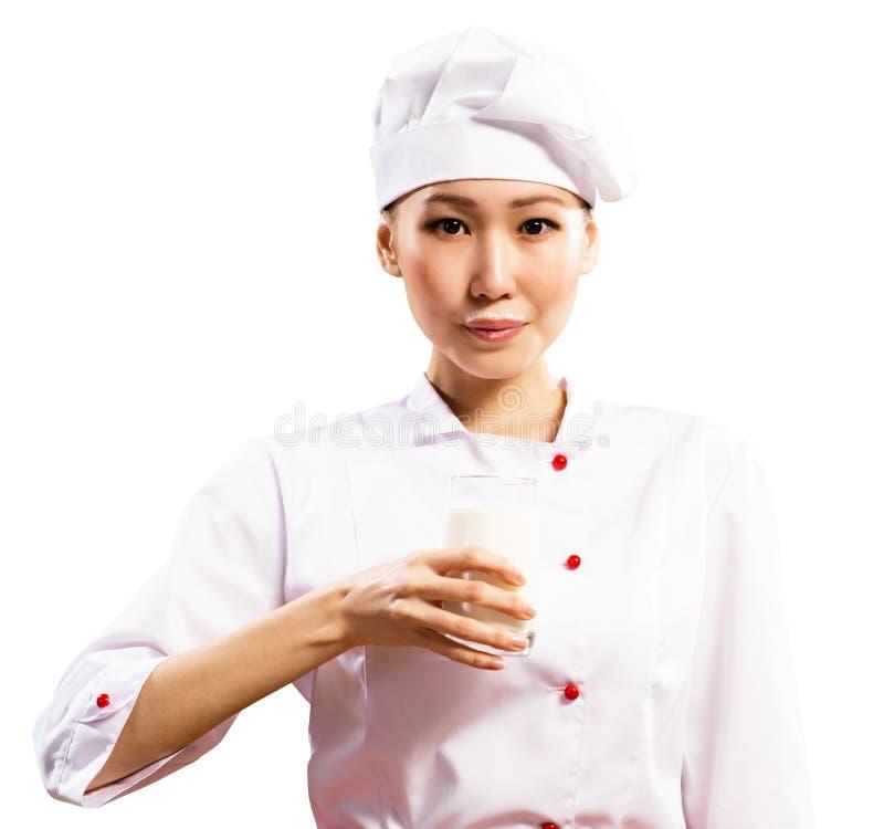 拿着一杯牛奶的女性亚裔厨师 库存图片