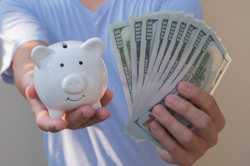 拿着一百元钞票的亚裔人 富裕和丰厚概念 库存照片