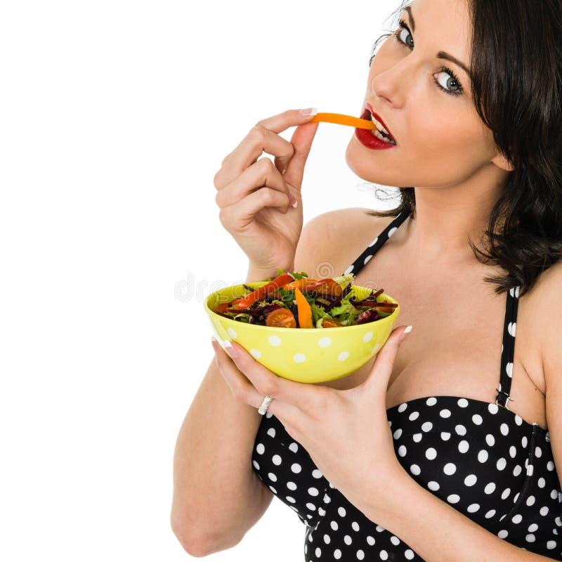 拿着一碗新鲜的混杂的庭院沙拉的妇女 库存图片
