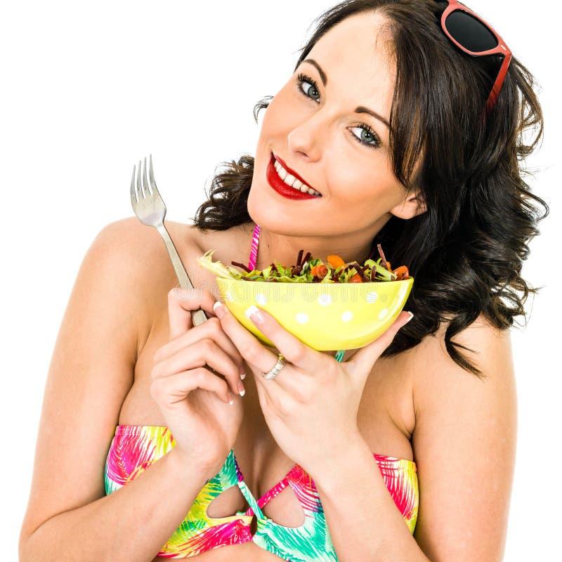拿着一碗新鲜的Mixecd庭院沙拉的妇女 库存照片
