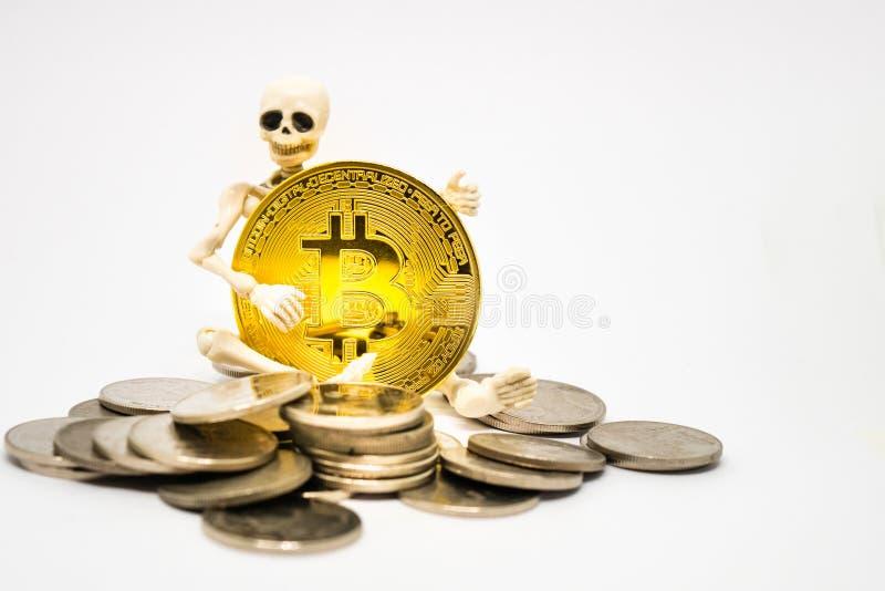 拿着一金黄bitcoin的最基本的图 免版税图库摄影
