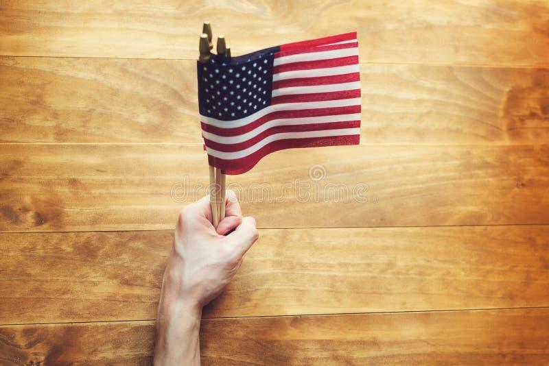 拿着一面美国国旗的人 库存照片
