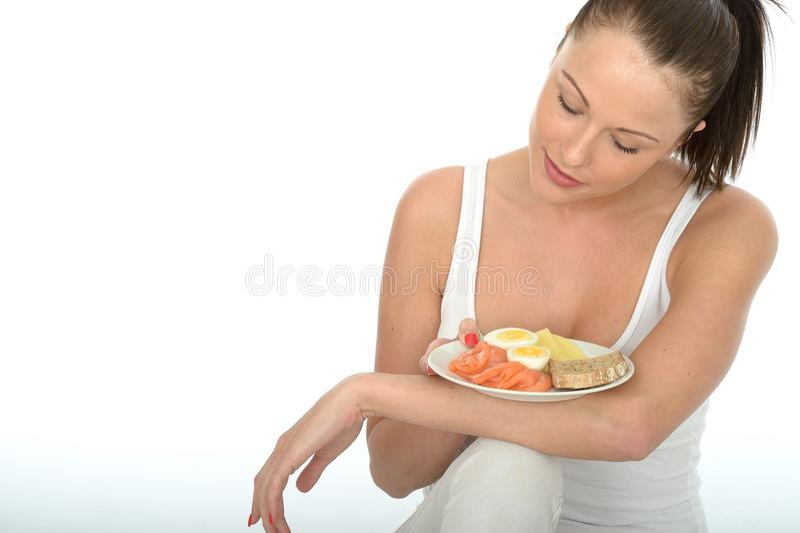 拿着一顿典型的挪威早餐的健康少妇 免版税库存图片