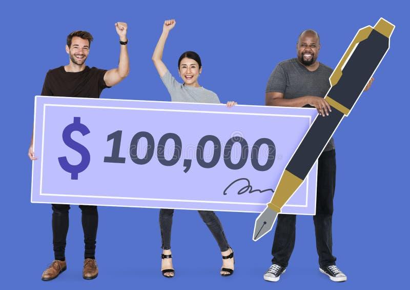 拿着一100,000美元检查的人们 图库摄影
